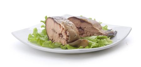 corcovado: Piezas de salm�n jorobado ahumado con lechuga verde fresco en el plato blanco