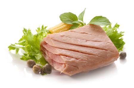 lechuga: Trozo de filete de atún con lechuga verde fresco, albahaca y mini maíz Foto de archivo
