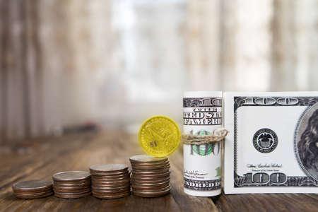 Honderd dollar bankbiljetten van de stapel munten uit kwartalen en één dollar. Kopiëren plakken