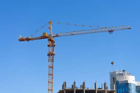Chantier de construction avec grue à tour contre le ciel bleu