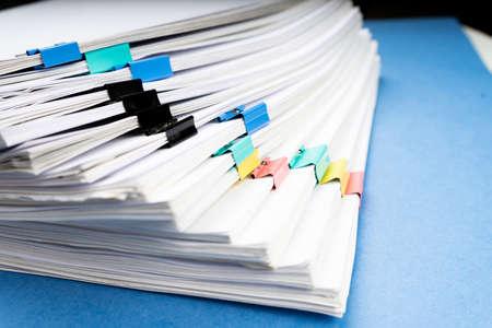 Mock-up, Stapel von Papierdokumenten in Archivdateien mit Büroklammern auf dem Schreibtisch in den Büros, Geschäftskonzept.