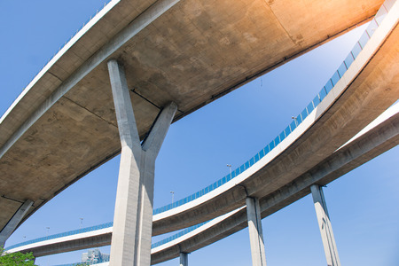 Bridge of Industrial Rings or Bhumibol Bridge is concrete highway road junction and interchange overpass and cross the Chao Phraya River, Thailand. Banque d'images