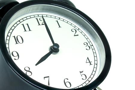 Concetto di gestione del tempo: vista laterale retrò sveglia nera che mostra le otto isolato su sfondo bianco. Archivio Fotografico