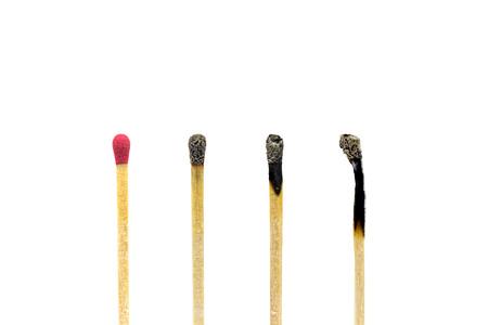 Cierre un nuevo palillo de fósforos de madera que se encuentra entre el palillo de fósforos quemado.