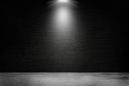Espace vide du mur de béton noir de la chambre noire et projecteur avec sol en béton pour montrer le produit. Banque d'images