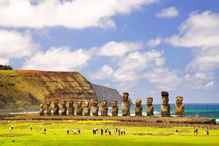 moai: Moais de Ahu Tongariki en la Isla de Pascua, Chile Foto de archivo