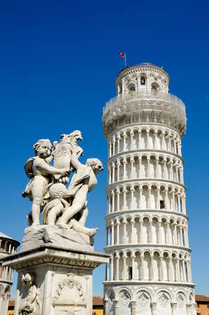 angels fountain: The Fountain of Angels with the Leaning Tower of Pisa in Piazza dei Miracoli in Pisa, Italy