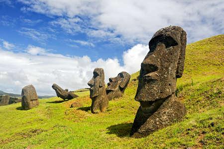 rapa nui: Moais en el Parque Nacional Rapa Nui en las laderas del volcán Rano Raruku en la Isla de Pascua, Chile