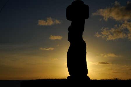 moai: Moai sentarse en Isla de Pascua Foto de archivo