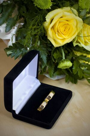 velure: Wedding rings and bouquet