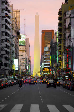 alberto: Estructur� en 1936 por Alberto Prebisch, sus 67 metros de altura se desprende a lo largo de Corrientes y 9 de Julio avenidas.  Foto de archivo