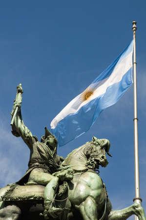 creador: Monumento de Manuel Belgrano, creador de la bandera Argentina.  Foto de archivo