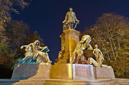 statesman: Statua di Otto von Bismarck, un uomo di stato considerato il fondatore del moderno stato tedesco a Berlino, Germania Editoriali