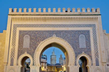 fez: Bab Bou Jeloud puerta (La Puerta Azul), ubicado en Fez, Marruecos