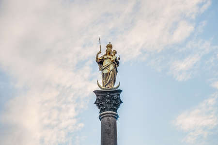 curren: The Mariens curren,a Marian column erected in 1638 to celebrate the end of Swedish occupation during the Thirty Years War located on the Marienplatz in Munich, Germany. Stock Photo