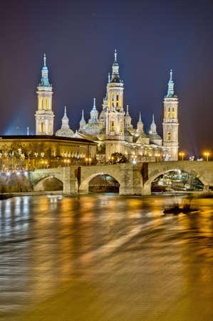 ebro: Ponte di pietra sul fiume Ebro come si ? visto dal Ponte di Pilastro a Saragozza, Spagna
