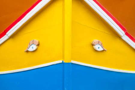 occhio di horus: Occhio di Horus o Osiride in barca tradizionale Luzzu al porto di Marsaxlokk, un villaggio di pescatori situato nella parte sud-est di Malta