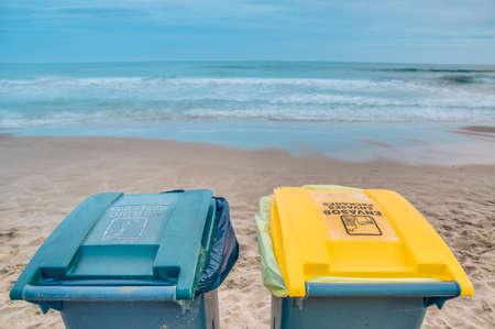 botes de basura: Dos botes de basura en la playa con un d?a nublado