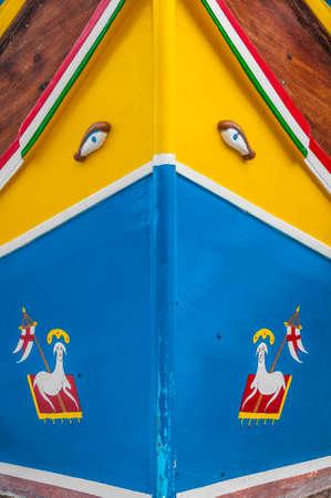 occhio di horus: Occhio di Horus o Osiride nel tradizionale barca a Luzzu Marsaxlokk porto, un villaggio di pescatori situato nella parte sud-est di Malta.