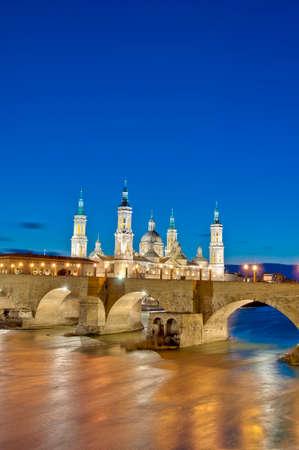 ebro: Ponte di pietra sul fiume Ebro come si � visto dal Ponte di Pilastro a Saragozza, Spagna
