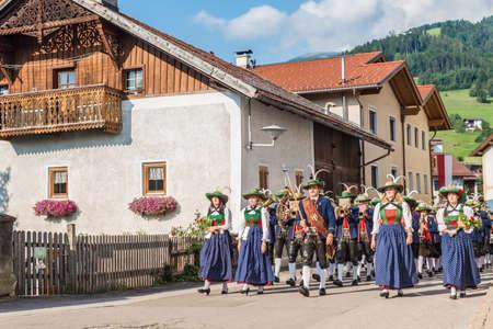 finest: OBERPERFUSS, AUSTRIA - 15 agosto: Villagers vestiti nei loro migliori costumi tradizionali durante Maria Ascensione processione lungo questo villaggio vicino a Innsbruck il 15 ago 2013 in Oberperfuss, Austria.