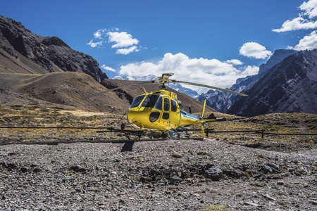 horcones: Elicottero vicino Aconcagua, la montagna pi� alta delle Americhe a 6.960.8 m., Situato nella Cordigliera delle Ande a Mendoza, Argentina.