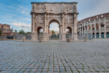 caput: Arch of Constantine (Arco di Costantino), a triumphal arch in Rome, located between the Colosseum and the Palatine Hill. Stock Photo