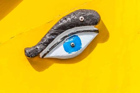 ojo de horus: Ojo de Horus u Osiris en el tradicional barco de Luzzu en Marsaxlokk puerto, un pueblo de pescadores situado en la parte sur-oriental de Malta.