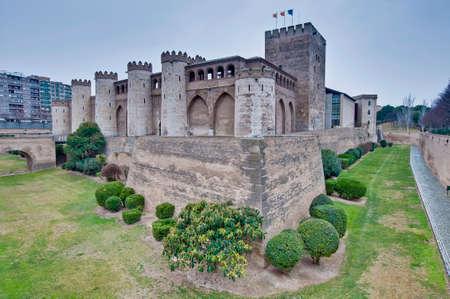 védekező: Aljaferia Palace várfalakkal a Zaragoza, Spanyolország Sajtókép