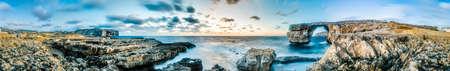 Azure Window arco naturale con una tabella simile a roccia sul mare nell'isola maltese di Gozo. Archivio Fotografico