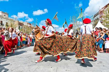 festividad: VILAFRANCA DEL PENEDES, SPAIN - AUG 29: Cotonines dancers on Cercavila performance within the Festa Major celebrations Aug 29, 2011 in Vilafranca del Penedes, Spain. Editorial
