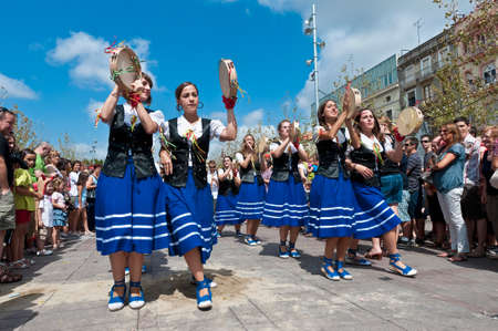 festividad: VILAFRANCA DEL PENEDES, SPAIN - AUG 29: Panderetes dancers on Cercavila performance within the Festa Major celebrations Aug 29, 2011 in Vilafranca del Penedes, Spain.