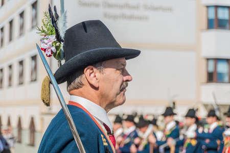 finest: OBERPERFUSS, AUSTRIA - 15 agosto: Villagers vestiti nei loro migliori costumi tradizionali durante Maria dell'Ascensione processione lungo questo villaggio vicino a Innsbruck il 15 ago 2013 in Oberperfuss, Austria.