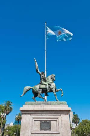 bandera argentina: Monumento de Manuel Belgrano, creador de la bandera Argentina.