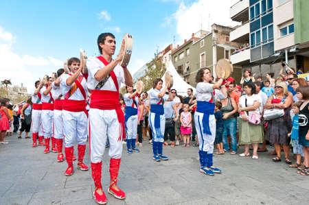 festividad: VILAFRANCA DEL PENEDES, SPAIN - AUG 29: Panderos dancers on Cercavila performance within the Festa Major celebrations Aug 29, 2011 in Vilafranca del Penedes, Spain.