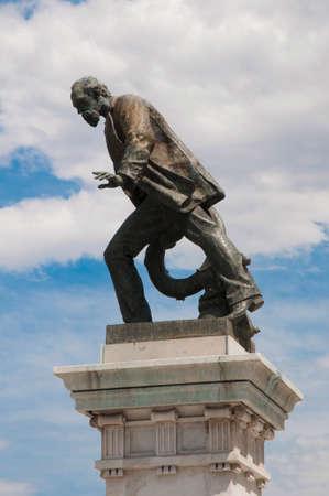 Monumento de Luis Viale.  Editorial