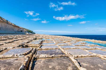 evaporacion: Estanques de sal por evaporaci�n, salterns tambi�n llamados salinas situado cerca Qbajjar en la isla maltesa de Gozo.