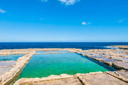 evaporacion: Estanques de sal por evaporación, salterns también llamados salinas situado cerca Qbajjar en la isla maltesa de Gozo.