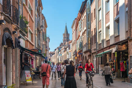 TOULOUSE, FRANCE - JUNE 02 2015: The Rue du Taur, formerly called Rue de Claustre, became a pedestrian street in 2011 in Haute-Garonne, Midi Pyrenees, southern France. 에디토리얼