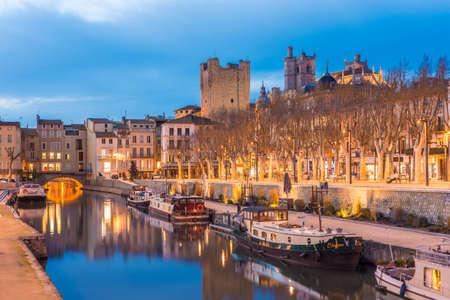 NARBONNE, FRANCE - FEBRUARY 13, 2016: Pont des Marchands in Canal de la Robine, Narbonne in Languedoc-Roussillon-Midi-Pyrenees, France Foto de archivo - 120681868