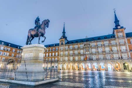 Statue en bronze du roi Philippe III au centre de la place, créée en 1616 par Jean Boulogne et Pietro Tacca sur la Plaza Mayor de Madrid, Espagne.