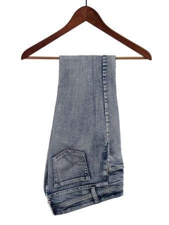 Blauwe jeans op een houten hanger, geïsoleerd op een witte achtergrond.
