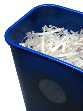 papelera de reciclaje: Recicle el compartimiento con el papel, aislado en el fondo blanco. Con la trayectoria del truncamiento.
