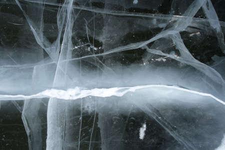 deep freeze: Congelados r�o: agrietado cubierto de nieve el hielo recordando un rel�mpago en el cielo negro.