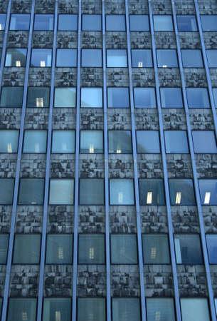 jornada de trabajo: Jornada de trabajo en el edificio de oficinas. Windows con luces.