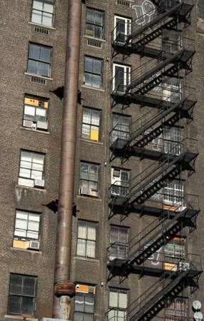 backstairs: Vecchia casa in mattoni con scala in ferro nero.