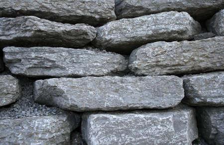 石造りの背景。灰色の平らな石および砂利。