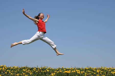 빨간색 t- 셔츠 꽃 민들레 필드 위에 점프 (비행 소녀.