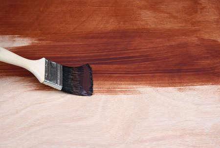werk: Schilderij een houten oppervlak met een kwast. Stockfoto
