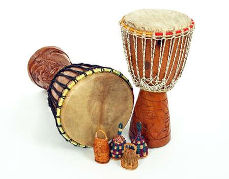 DJEMBE tambores africanos y caxixi shakers. Instrumentos musicales de percusión.  Foto de archivo